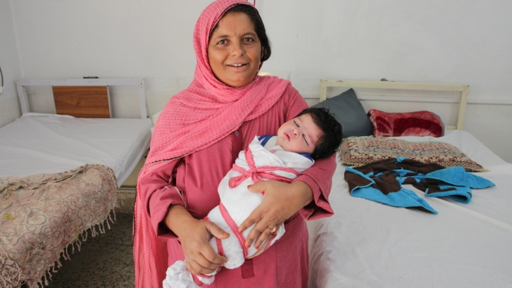 The evil eye is a child care issue in Pakistan  /  Shakeela y su bebé recién nacido, Muza Milshah. Laurie Bonnaud/MSFwww.msf.es